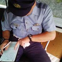 違反手続きをする警察官