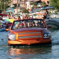 水上を走る車