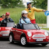 安全運転をする子供