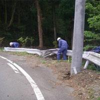 ガードレールを修理する人