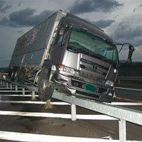 高速道路で事故を起こしたトラック