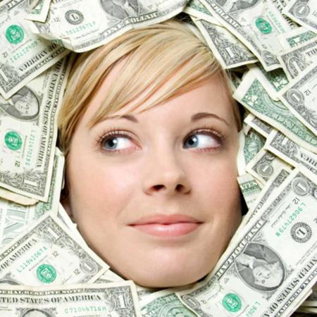 お金に埋もれる女性