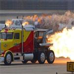 アフターファイヤーを起こすトラック