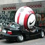 サッカーボールで潰れた車