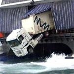 海に落ちそうなトラック