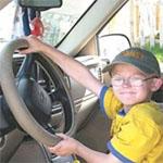 子供がトラックを運転する