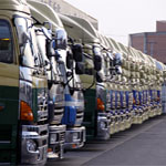 一列に並んだトラック