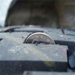 タイヤの溝にハマった100円