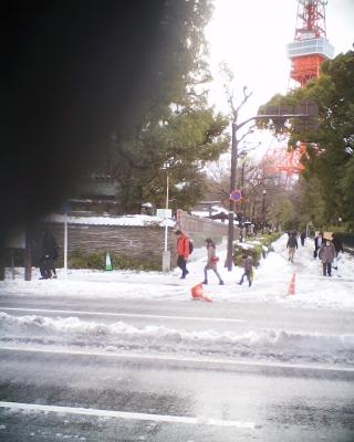 雪積もる東京タワーへの道:R2