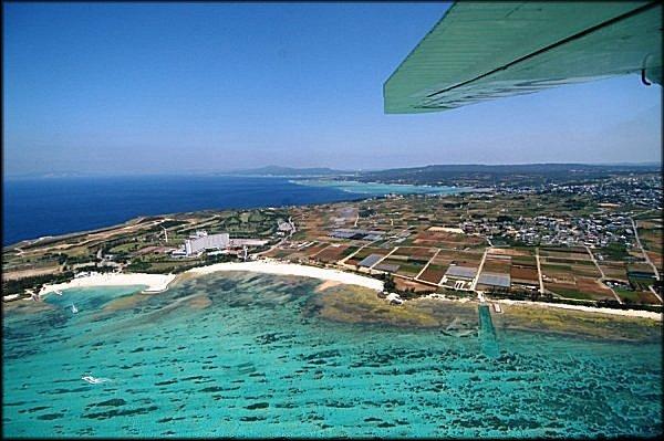海と畑、のどかな風景が広がる空から見た読谷