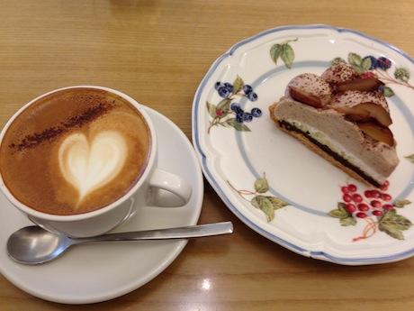 ケーキとカプチーノ