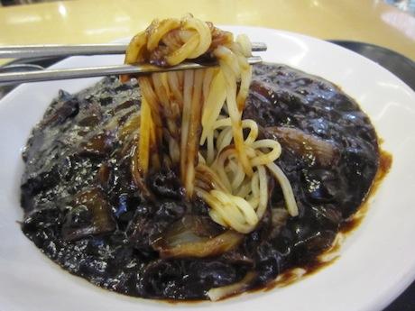 麺の上に黒い物体