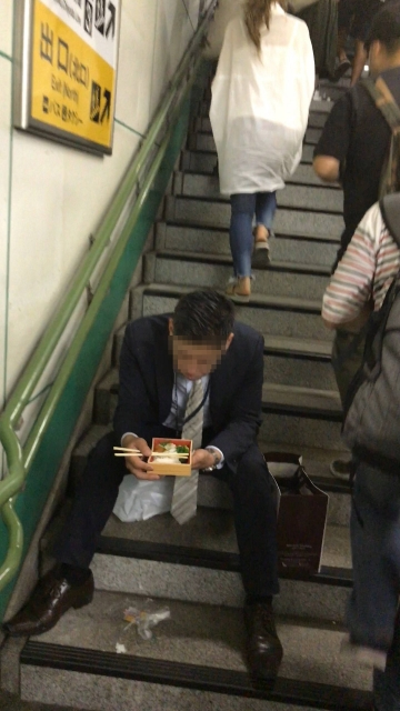 女さん「駅で弁当食べてる人がいた。信じらんない(パシャ」