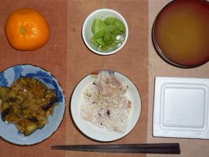 胚芽押麦入り五穀米,茄子ともやしの肉味噌炒め,枝豆,ワカメのおみそ汁,みかん