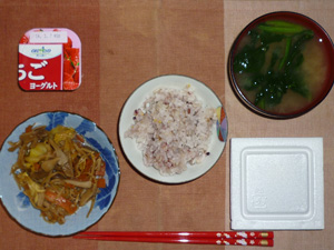 胚芽押麦入り五穀米,納豆,野菜炒め,ほうれん草のおみそ汁,ヨーグルト