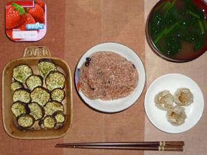 お赤飯,焼き茄子,焼売×3,ほうれん草のおみそ汁,ヨーグルト