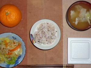 胚芽押麦入り五穀米,納豆,鶏ひき肉と蒸し野菜塩麹炒め,豚汁,みかん