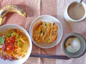 レーズンカスタード,サラダ,目玉焼き,バナナ,コーヒー