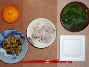 胚芽押麦入り五穀米,茄子とひき肉のにんにく醤油炒め,納豆,ほうれん草のおみそ汁,みかん