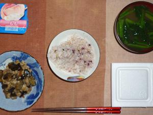 胚芽押麦入り五穀米,納豆,ひき肉と茄子のにんにく醤油炒め,ほうれん草のおみそ汁,ヨーグルト