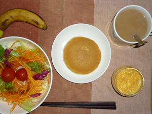 パンケーキ,サラダ,ひき肉入りスクランブルエッグ,バナナ,コーヒー