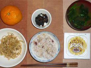 胚芽押麦入り五穀米,納豆,もやしとひき肉の炒め物,ひじきの煮つけ,ほうれん草のおみそ汁,みかん