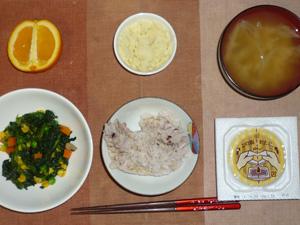 胚芽押麦入り五穀米,納豆,ほうれん草とミックスベジタブルのソテー,玉葱のおみそ汁,マッシュポテト,オレンジ