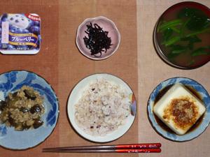 胚芽押麦入り五穀米,昆布の佃煮,温奴,茄子とひき肉にんにく醤油炒め,ほうれん草のおみそ汁,ヨーグルト