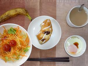 レーズンリングパン(1/4),サラダ,目玉焼き,バナナ,コーヒー