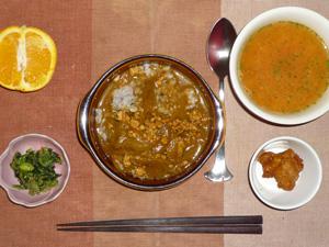 スパイシーチキンカレー,ほうれん草のおひたし,鶏の唐揚げ,トマトスープ,オレンジ