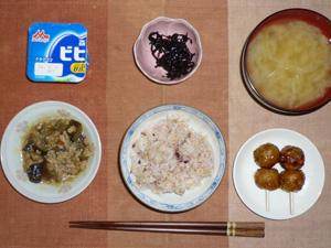 胚芽押麦入り五穀米,茄子と鶏ひき肉の煮込み,鶏つくね×2,昆布の佃煮,玉葱のおみそ汁,ヨーグルト