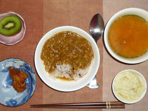 スパイシーチキンカレー,鶏の唐揚げ,マッシュポテト,トマトスープ,キウイフルーツ