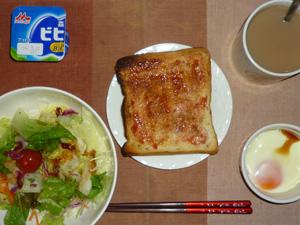 イチゴジャムトースト,サラダ,目玉焼き、ヨーグルト,コーヒー