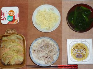 胚芽押麦入り五穀米,納豆,玉葱のオーブン焼き,マッシュポテト,ほうれん草おみそ汁,ヨーグルト