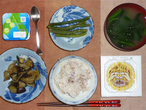 胚芽押麦入り五穀米,納豆,茄子と玉葱の炒め物,いんげんの煮物,ほうれん草のおみそ汁,ヨーグルト