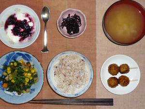 胚芽押麦入り五穀米,昆布の佃煮,つくね×2,ほうれん草とミックスベジタブルのソテ―,玉葱のおみそ汁,ヨーグルトのハスカップソースかけ