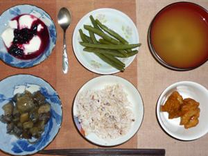 胚芽押麦入り五穀米,茄子と玉葱の炒め物,鶏の唐揚げ,いんげんの煮物,ワカメのおみそ汁,ヨーグルト