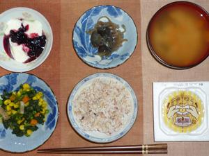 胚芽押麦入り五穀米,納豆,ほうれん草とミックスベジタブルのソテー,茄子と玉葱の炒め物,ニンジンのおみそ汁,ヨーグルトとハスカップジャム添え