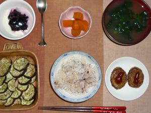胚芽押麦入り五穀米,茄子のオーブン焼き,プチバーグ×2,人参の煮物,ほうれん草のおみそ汁,ヨーグルトのハスカップジャム添え
