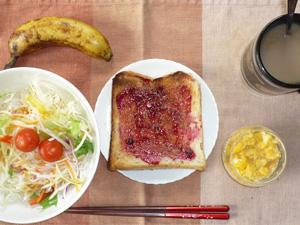 ブルーベリージャムトースト,ひき肉入りスクランブルエッグ,サラダ,バナナ,コーヒー