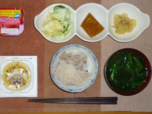 胚芽押麦入り五穀米,納豆,キャベツの漬物,カボチャの煮物,ジャーマンポテト,ほうれん草のおみそ汁,ヨーグルト
