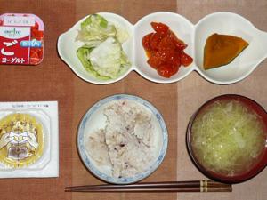 胚芽押麦入り五穀米,納豆,キャベツの漬物,トマトのオイル漬け,カボチャの煮物,キャベツのおみそ汁,ヨーグルト