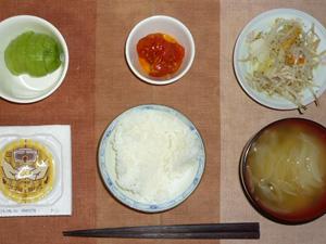 白飯,納豆,トマトのオイル漬け,蒸し野菜,玉葱のおみそ汁,キウイフルーツ