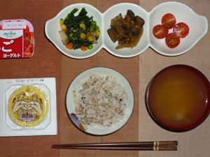 胚芽押麦入り五穀米,納豆,ほうれん草のソテー,茄子と玉葱の炒め物,プチトマト×2,ワカメのおみそ汁,ヨーグルト