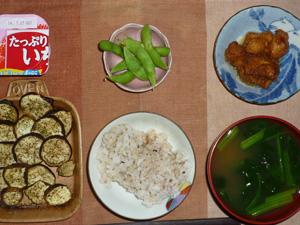 胚芽押麦入り五穀米,茄子のオーブン焼き,鶏の唐揚げ,枝豆,ほうれん草のおみそ汁,ヨーグルト