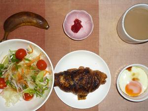 クロワッサン,サラダ,イチゴジャム,目玉焼き,バナナ,コーヒー