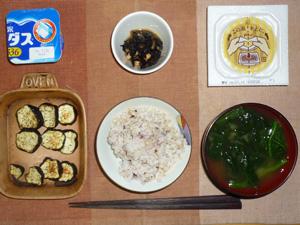 胚芽押麦入り五穀米,茄子のオーブン焼き,納豆,ひじきの煮物,ほうれん草のおみそ汁,ヨーグルト