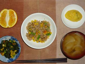ガーリックチキンチャーハン,ほうれん草とミックスベジタブルのソテー,プチオムレツ,玉葱のおみそ汁,オレンジ