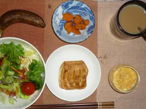 アップルパイ,サラダ,人参の煮物,スクランブルエッグ,バナナ,コーヒー
