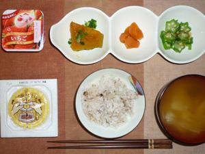 胚芽押麦入り五穀米,納豆,カボチャの煮つけ,人参の煮物,オクラのおひたし,玉葱のおみそ汁,ヨーグルト